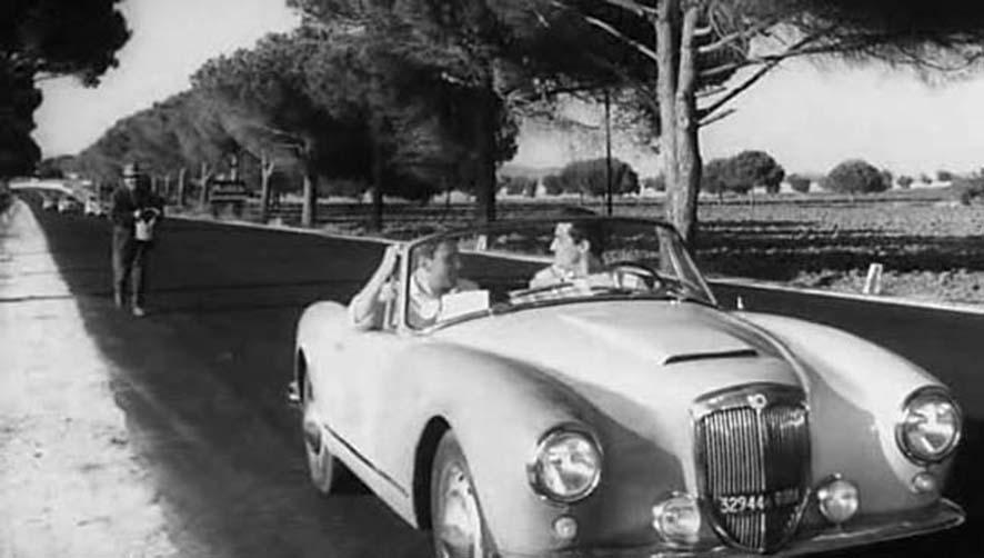 Una scena de 'Il sorpasso' (1962) di Dino Risi, con Gassmann e Trintignant a bordo della Lancia 'B24S' (1958) convertibile, disegnata da Pinifarina, foto © aut./FairFilm/INCEI