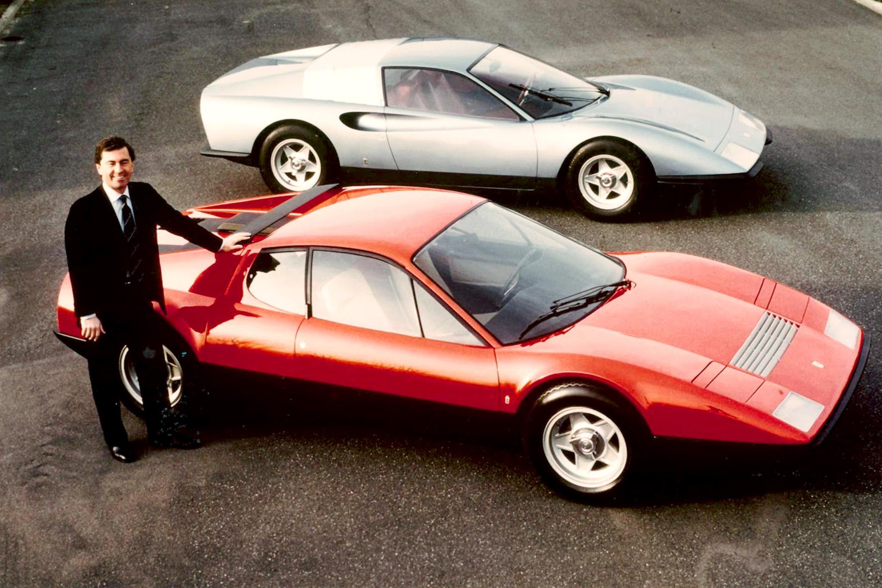 Leonardo Fioravanti accanto a due berlinette Ferrari da lui disegnate, tra cui (rossa, in primo piano) la '365' GT4 BB, foto © aut./Ruoteclassiche-Domus/MAUTO