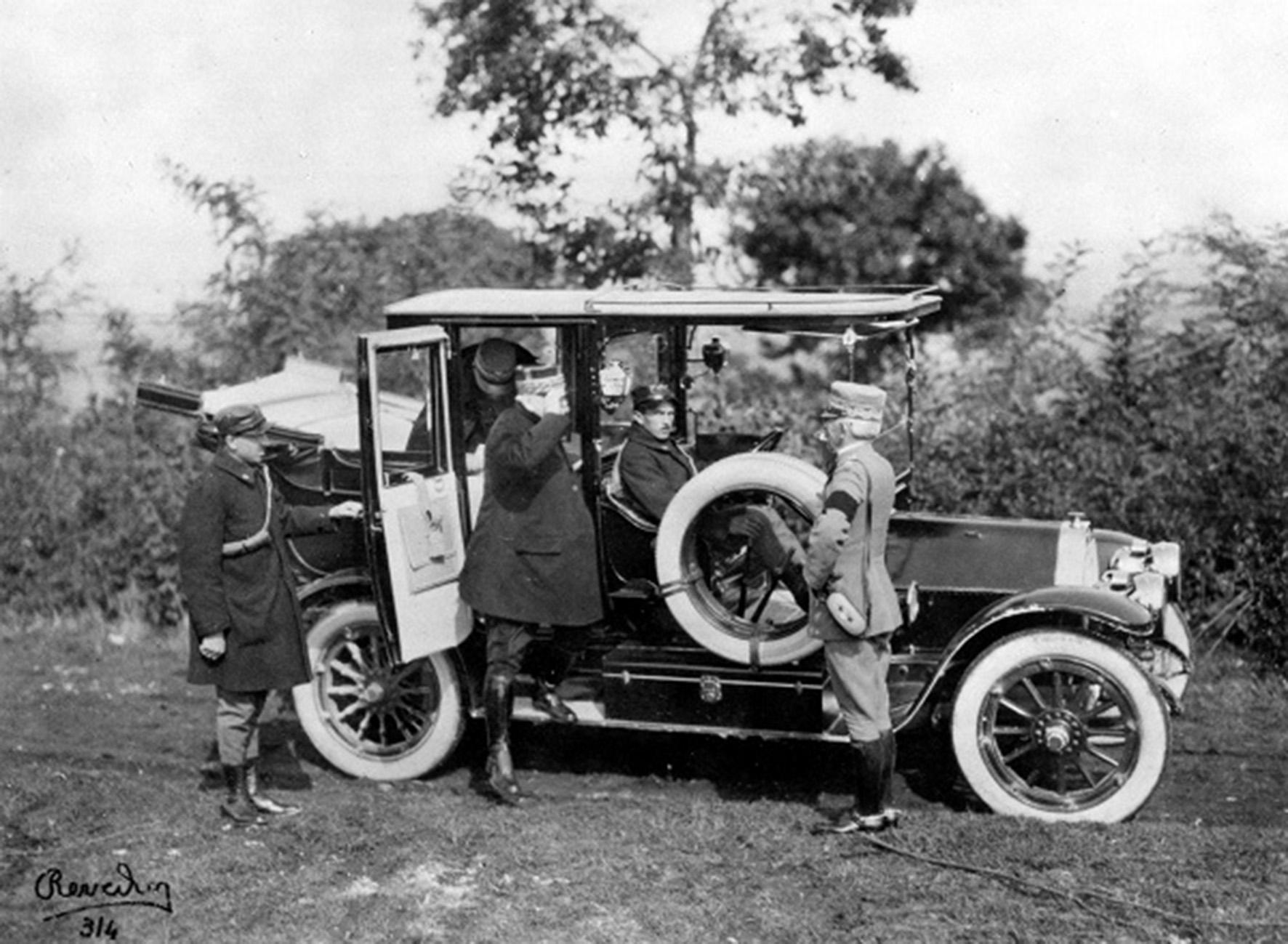 Il Capo di Stato Maggiore del Regio Esercito Italiano, gen. Luigi Cadorna, incontra al fronte il Maresciallo di Francia, gen. Joseph Joffre, salutandolo dal predellino di una Fiat 'Tipo 3Ter' 20/30 hp landaulet, 5 settembre 1915, foto © AISA/MAUTO/MotoriStorici