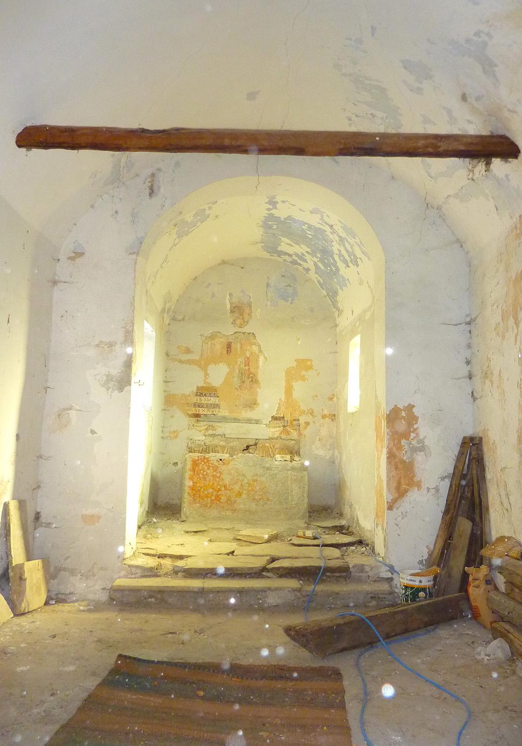 Interno della Cappella di San Michele dell'Abbazia Benedettina della Novalesa (To), prima del restauro, foto © aut. / Abbazia della Novalesa