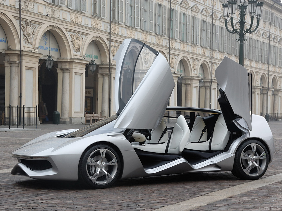 Il prototipo Pininfarina 'Sintesi' (2008) in piazza S. Carlo a Torino, foto © aut./Pininfarina/CarsBase