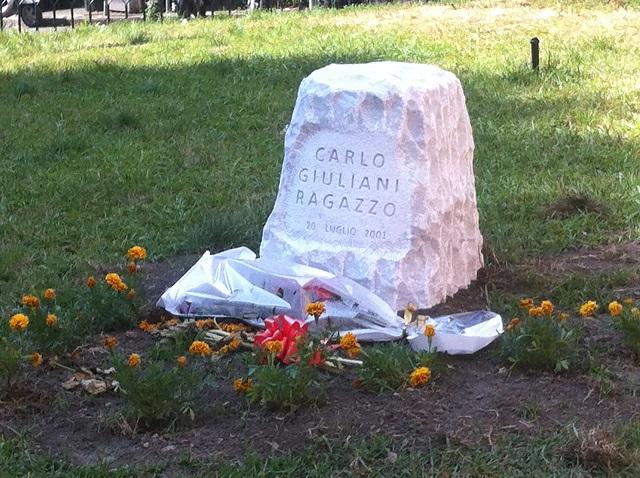 lapide di commemorazione assassinio Carlo Giuliani